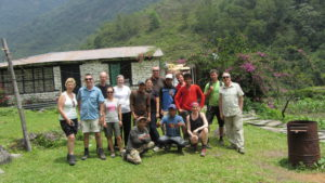Gruppe B von Earthbound Expeditions kurz vor dem Ende des Treks mit Gopal, Arju, Krishna, Dilman und dem jüngsten Porter.